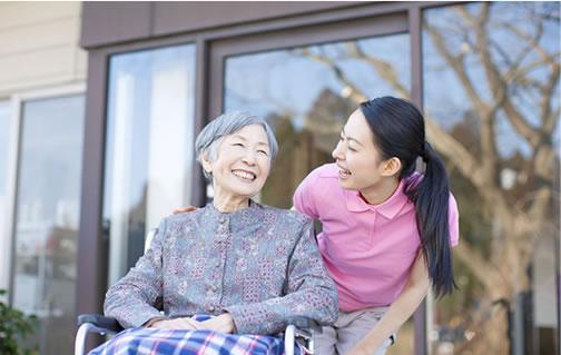 年配の女性と若い女性が話している様子